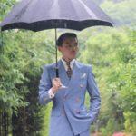 雨の中オーダースーツを着ての撮影